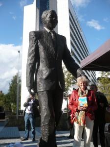 Angela met standbeeld Nelson Mandela